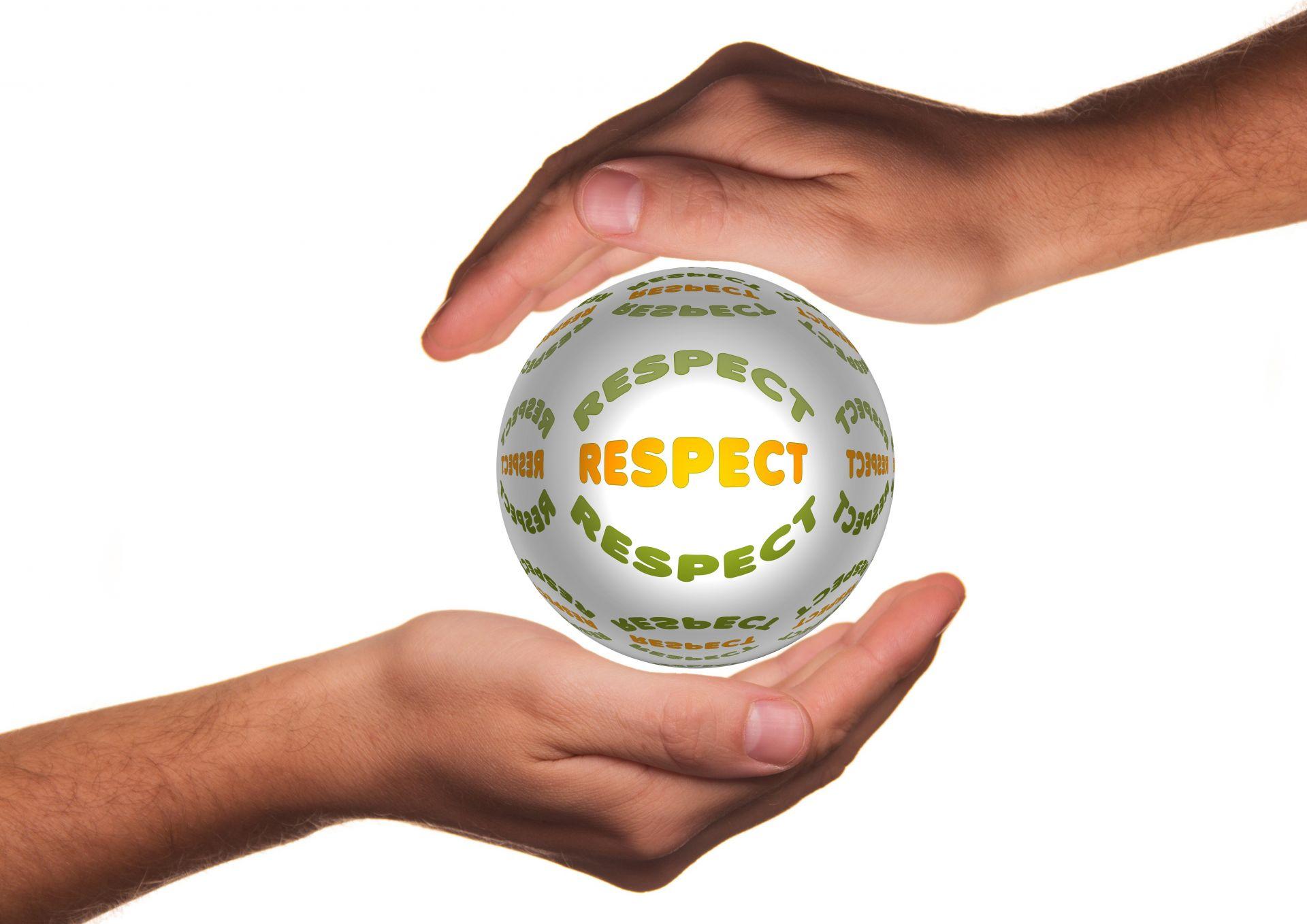 Vasemmalla olevan kämmenen päällä on pallo, jossa lukee respect. Oikeanpuoleinen käsi on suojelevasti pallon päällä.