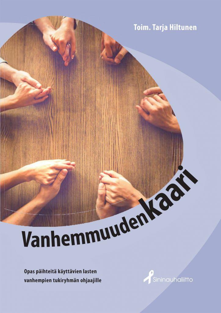 Puupöydän ääreen kokoontuneita ihmisiä käsi kädessä niin, että vain kädet näkyvät