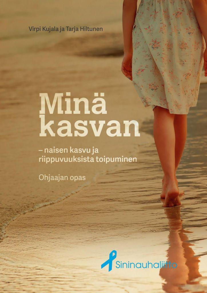 Nainen kävelee hiekkarannalla, näkyy vain jalat ja hameenhelma.