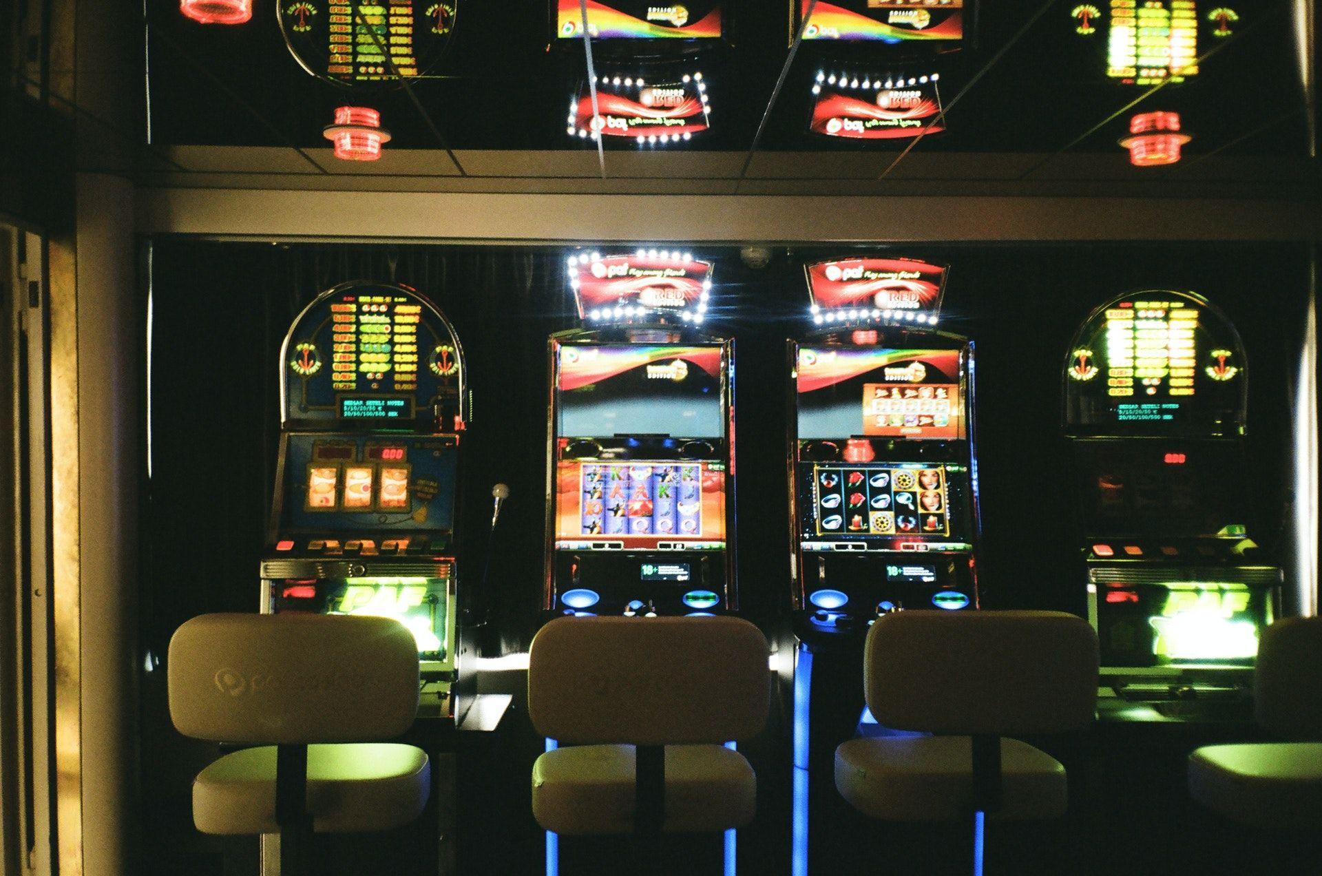 Neljä peliautomaattia.