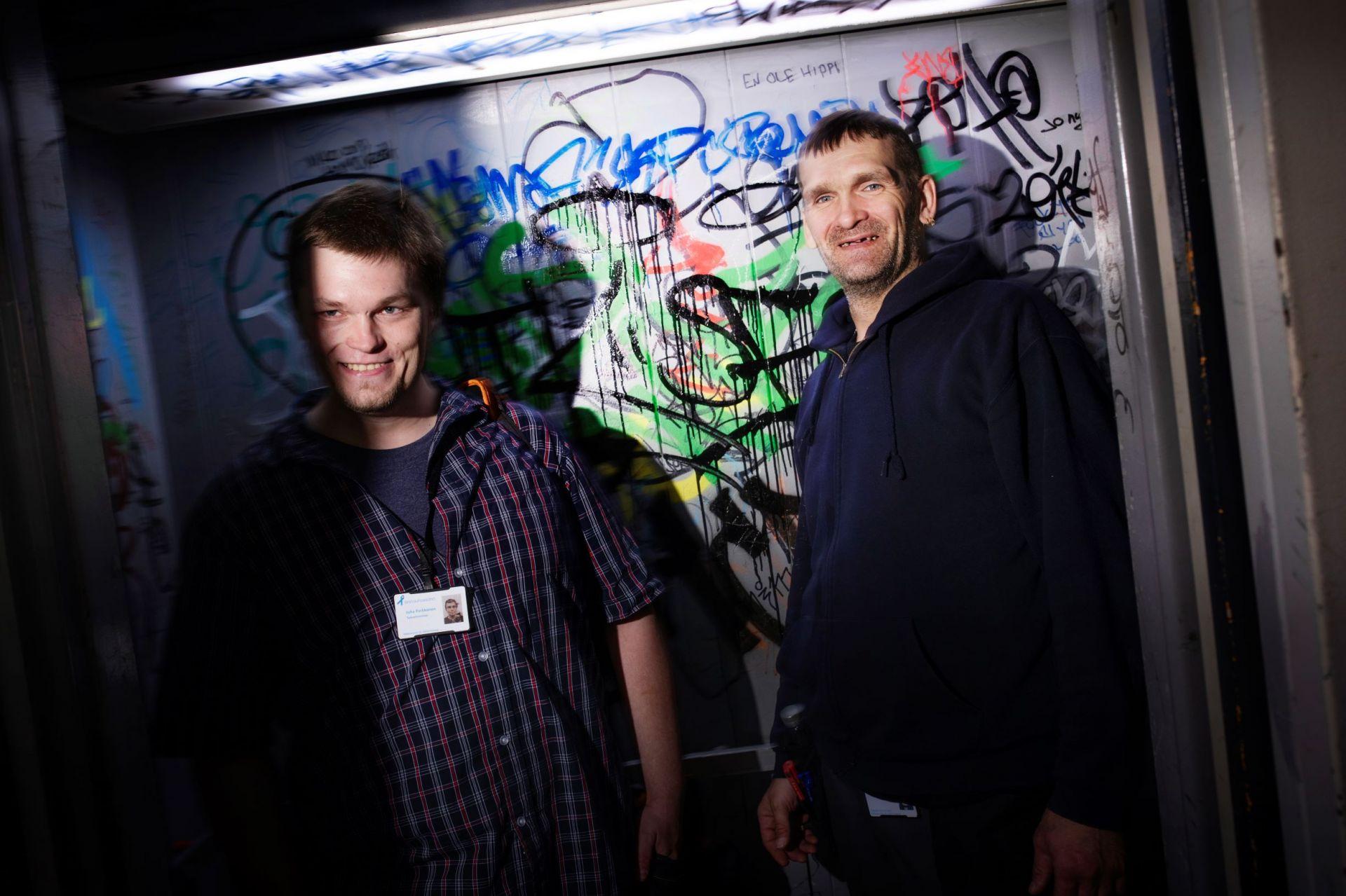 Junnu Parkkonen graffiteja täynnä olevassa hississä yhdessä Veigo Veskin kanssa.