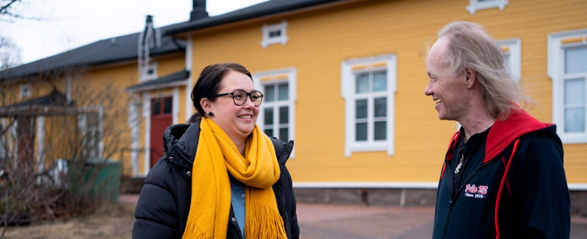 Kaakkois-Suomen Sininauhan asiakas Arto ja työntekijä Laura.