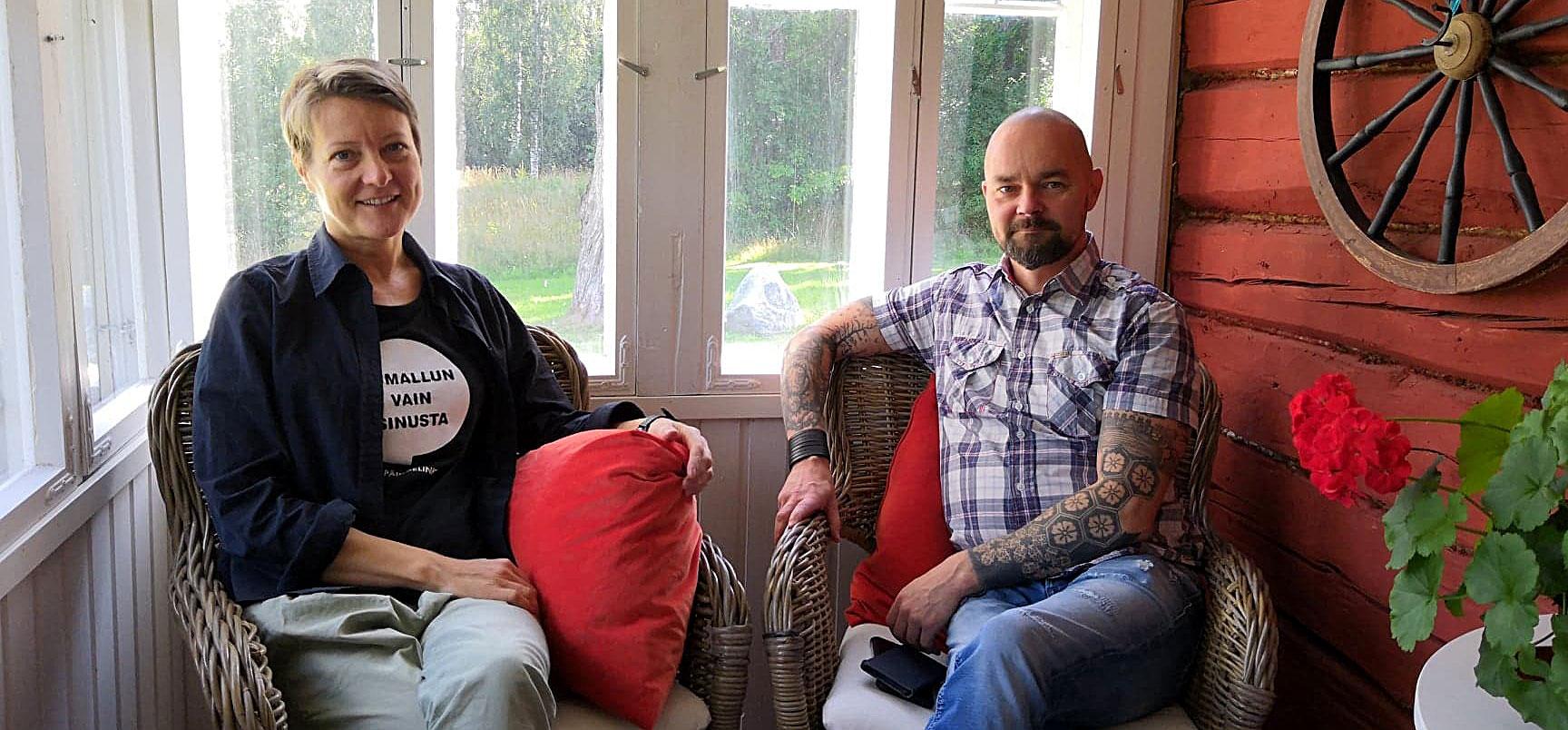 Eron silmässä -podcastin vetäjä Irene Komu Sininauhalitosta ja podcastin vieras Tomi-Pekka Liias Miessakeista