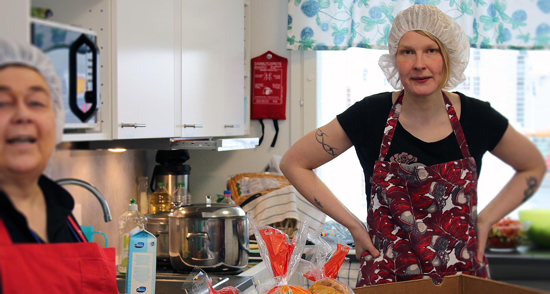 Kaksi naista Rovaniemen päiväkeskuksen keittiössä.