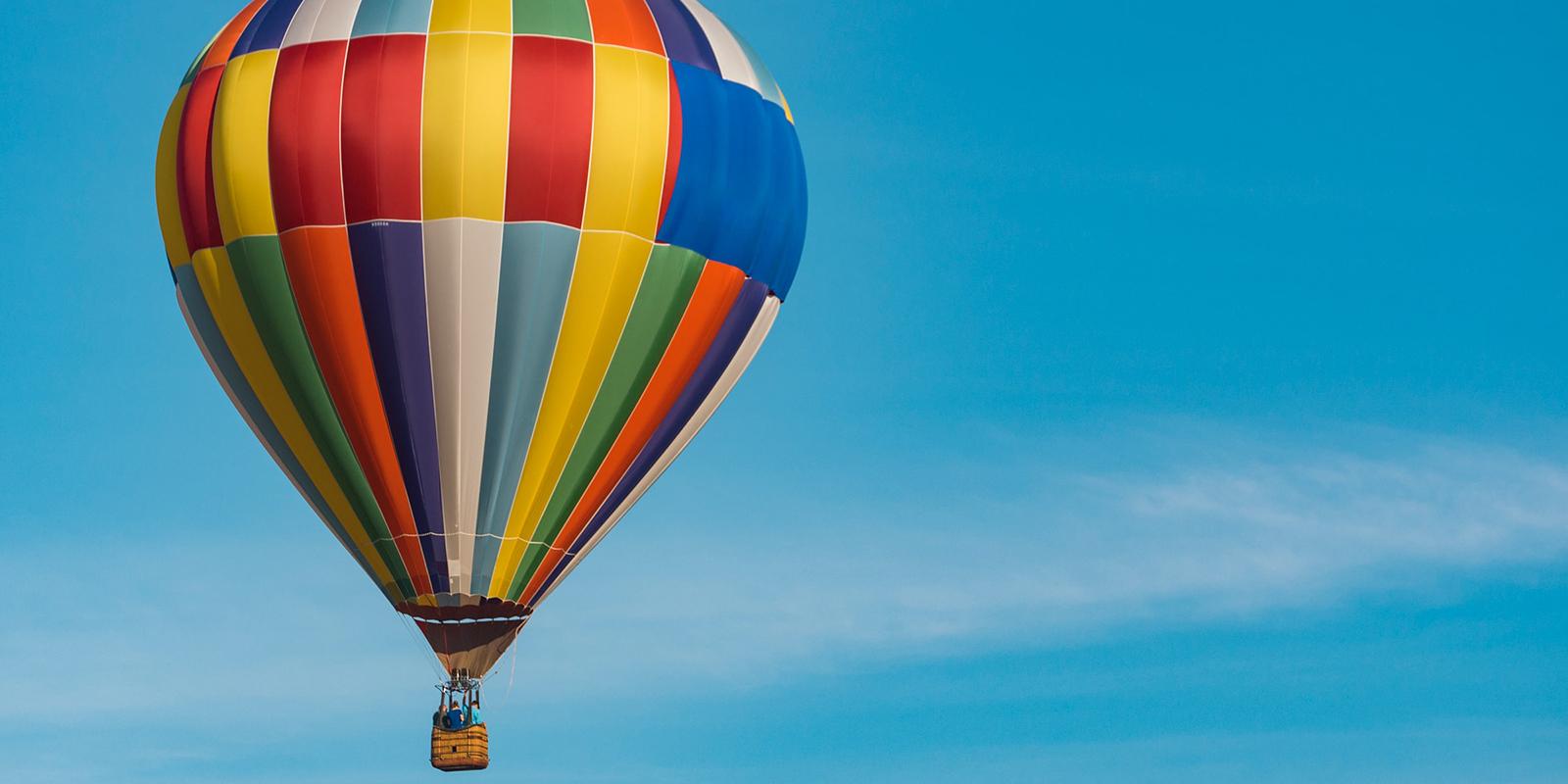 Värikäs kuumailmapallo taivaalla