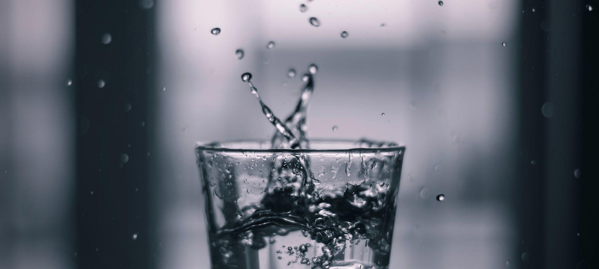 Vesilasi, josta roiskuu vettä