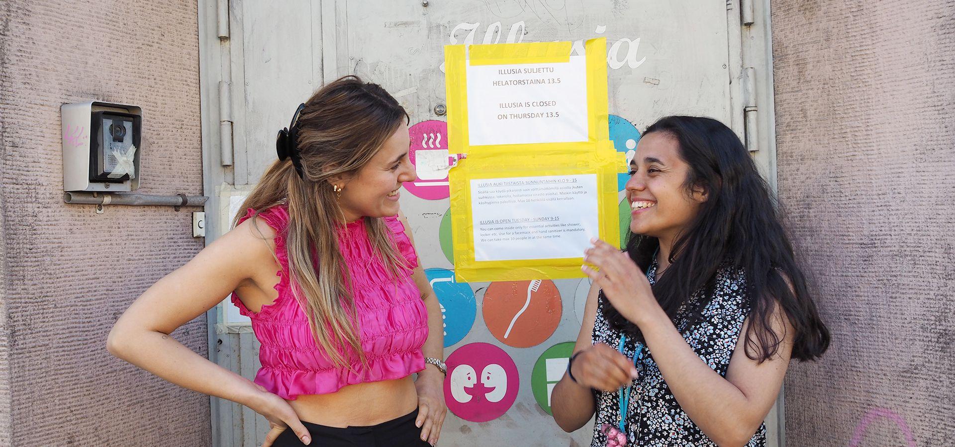 Sofia Ribeiro ja Ines Oliveira Illusian oven edessä
