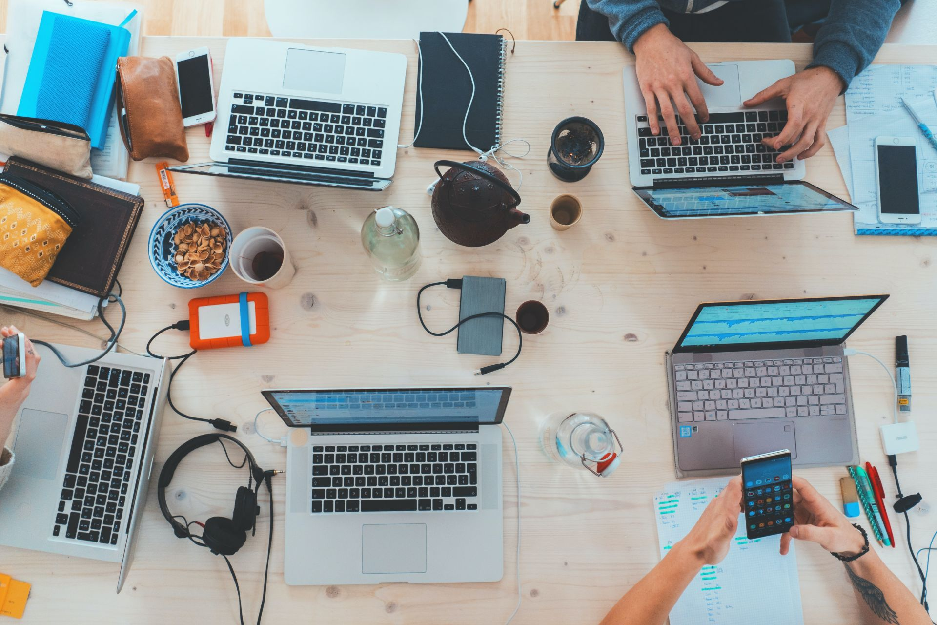 Kuvituskuva, tietokoneita pöydällä