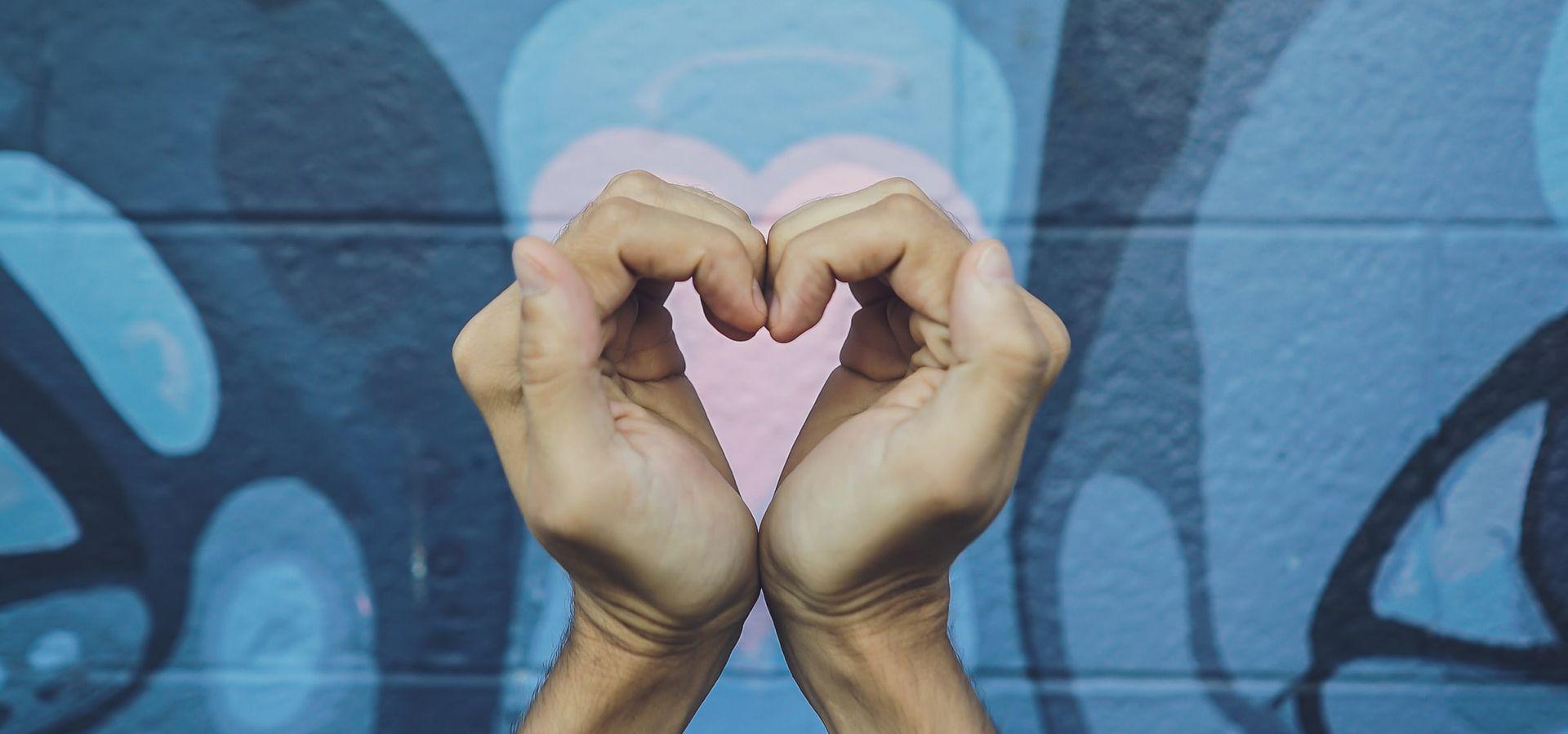Kädet muodostavat sydämen