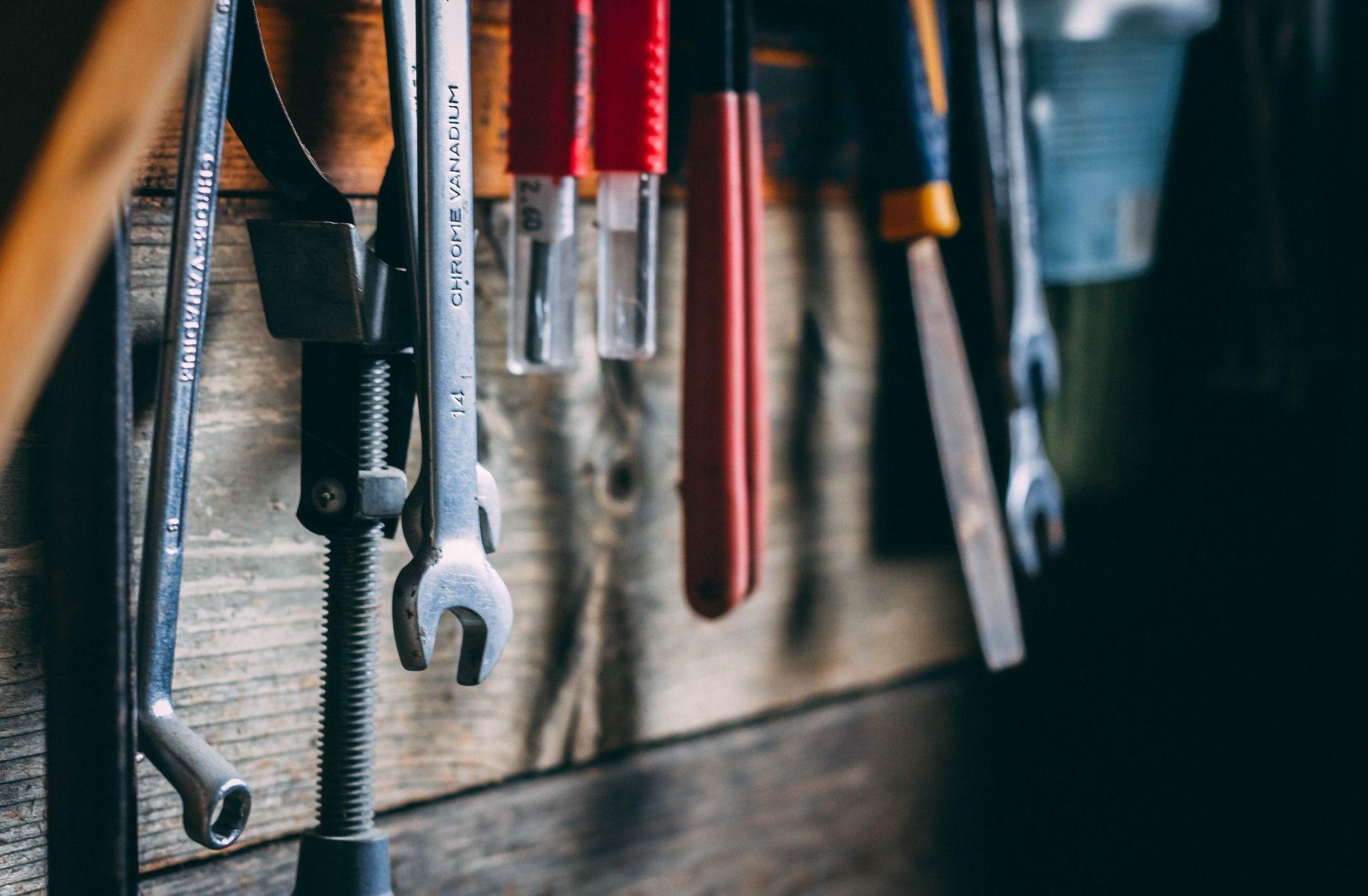 Työkaluja riippuu seinällä