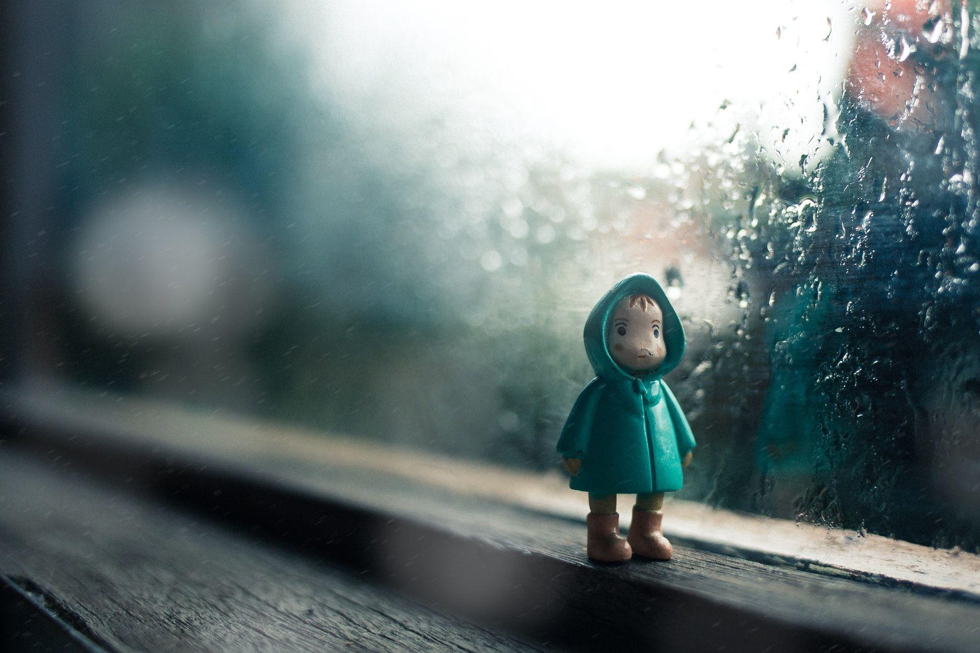 Lelufiguuri sateisella ikkunalaudalla