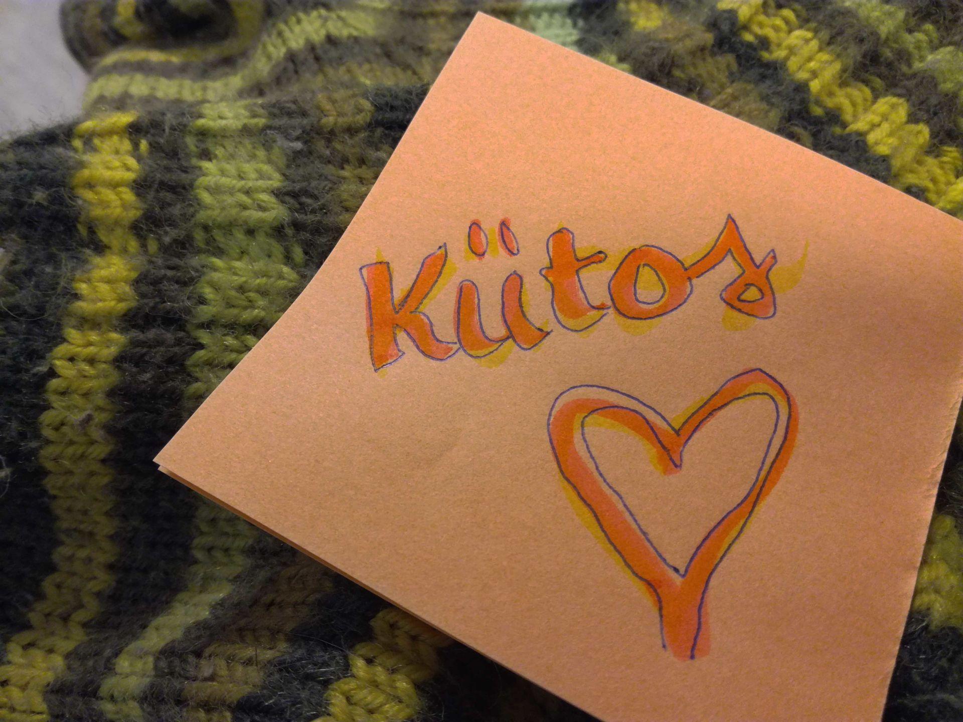 Villasukan päällä paperi, johon piirretty sydän ja kirjoitettu sana kiitos.