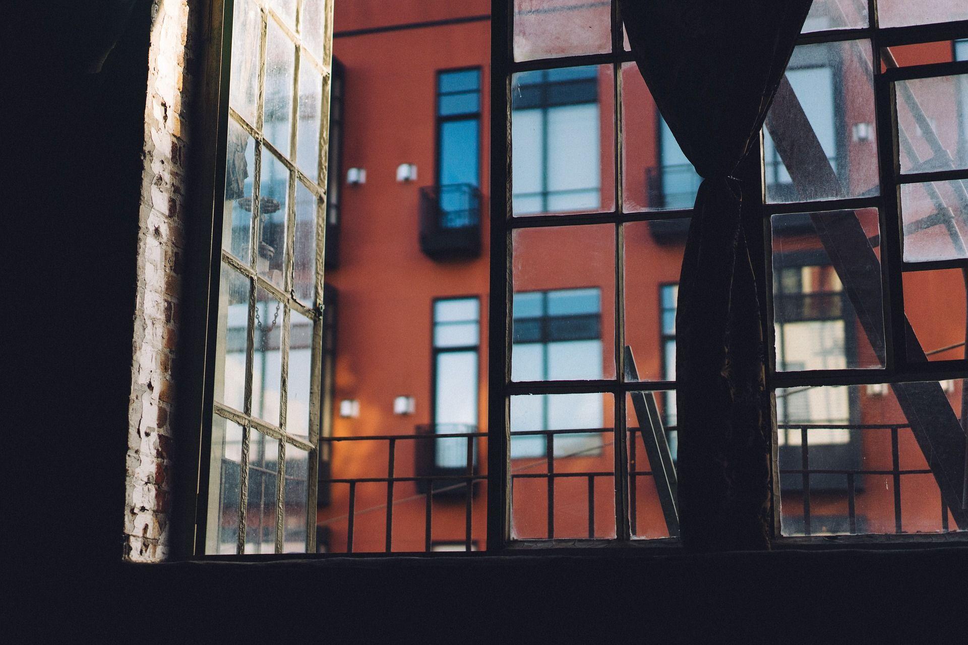 Avonainen tehdasrakennuksen ikkuna.