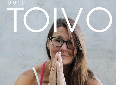 Hymyilevä nainen kädet rukouksessa.