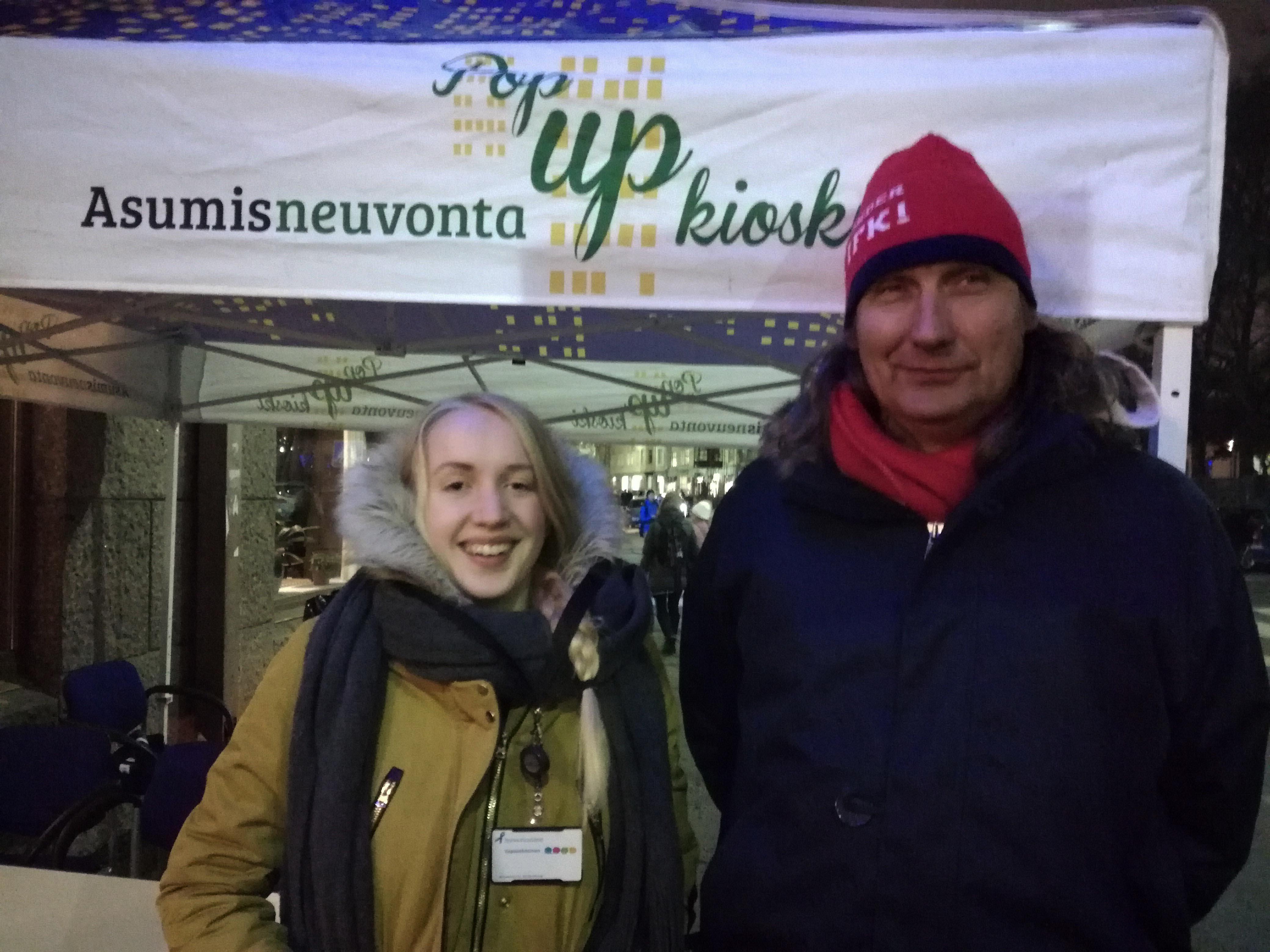 """Järjestäjät ja vapaaehtoiset iloitsivat ihmisten halusta auttaa. """"Erityisesti miesten talvikegistä on ollut pulaa, niitäkin nyt saatin jakoon"""", summasi J-P Pääskysaari. Sininauahsäätiön vapaaehtoinen Elena Liikanen oli ensimmäistä kertaa Sininauhan hommissa mukana ja aikoi tulla vapaaehtoistyöhön uudestaankin."""