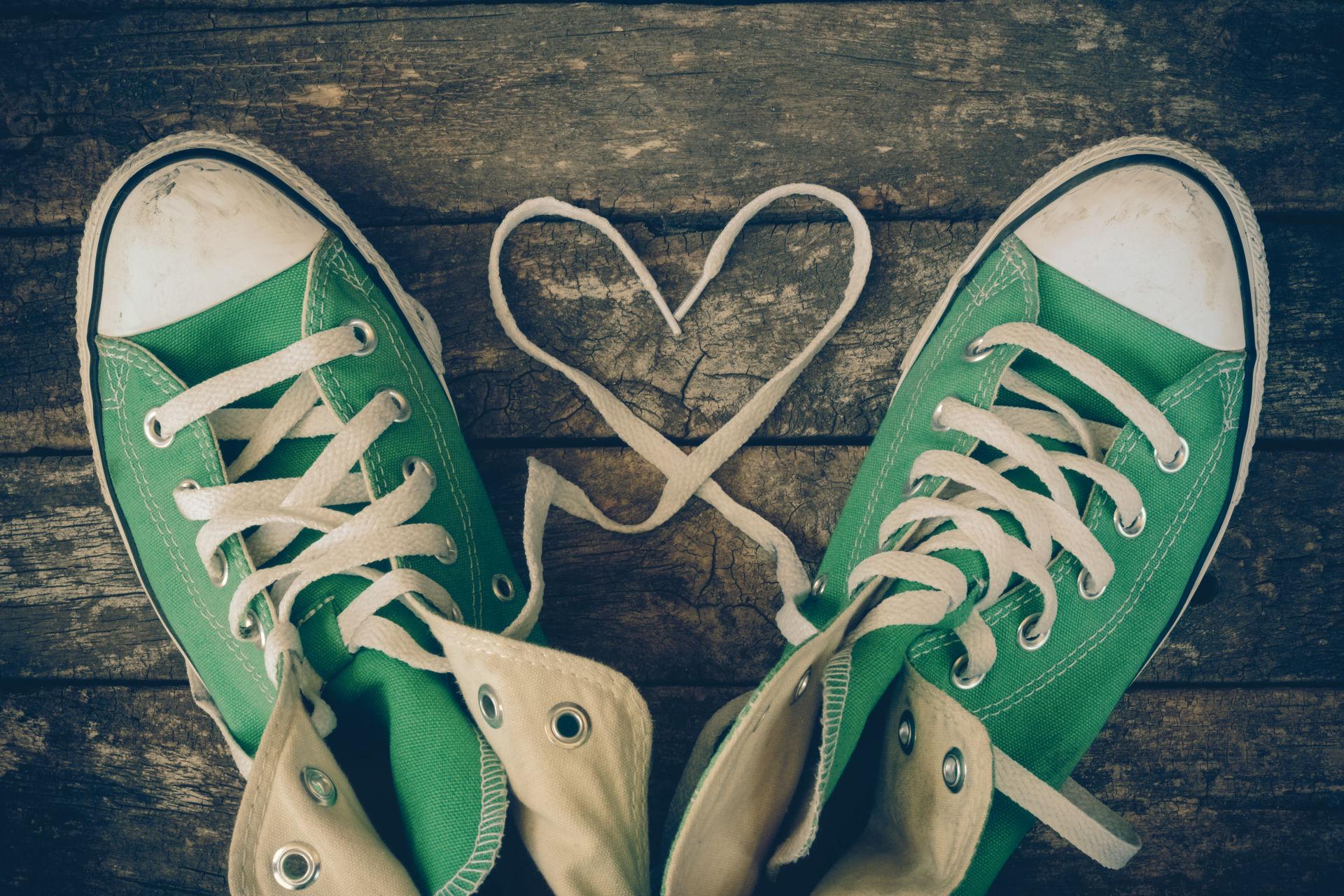 Vihreat tennarit, joiden nauhat muodostavat sydämen.