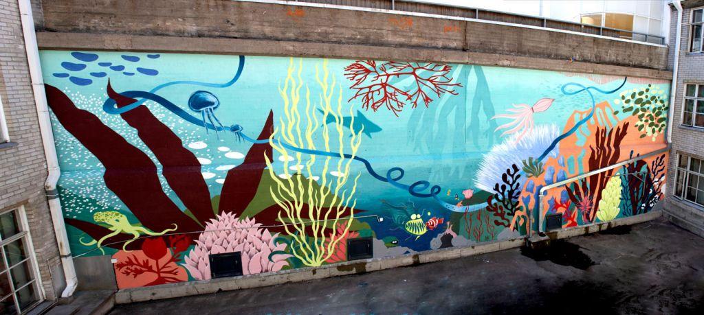Betoniseinään maalattu merenalainen maisema.