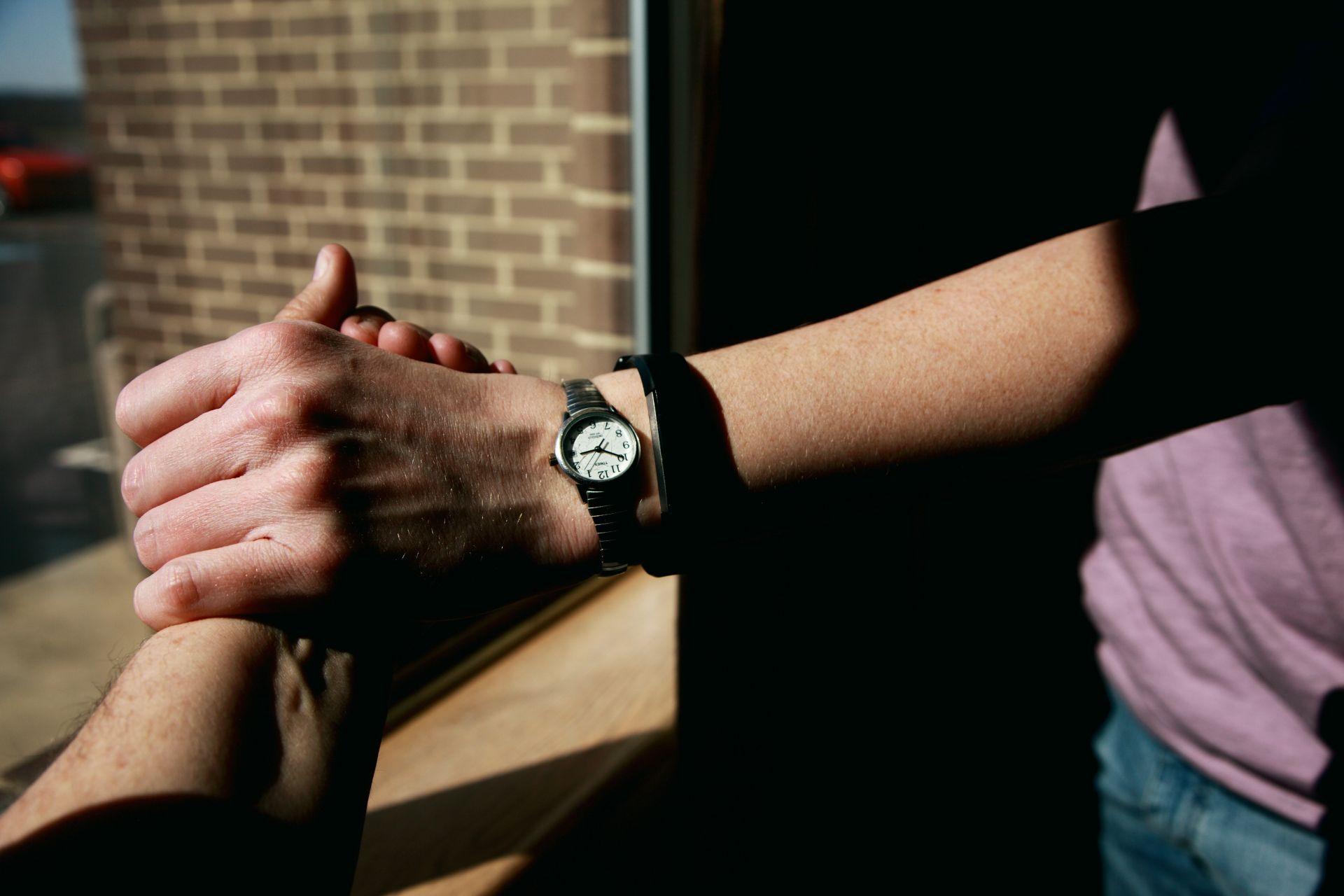Kaksi kättä kohtaa, valokuva.