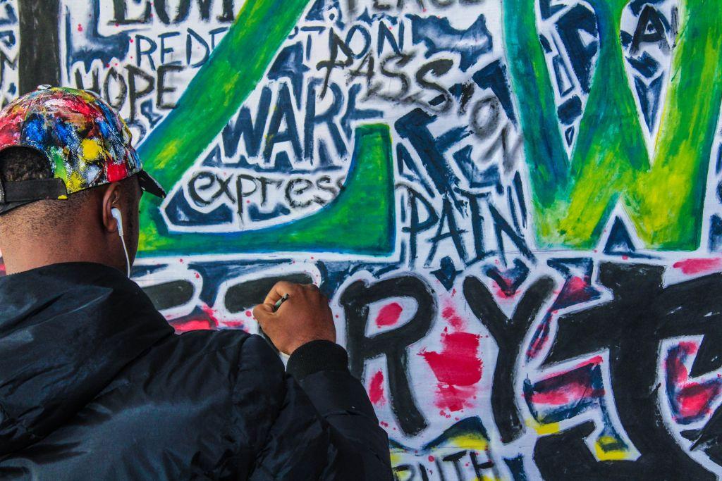 Mies maalaa graffitia