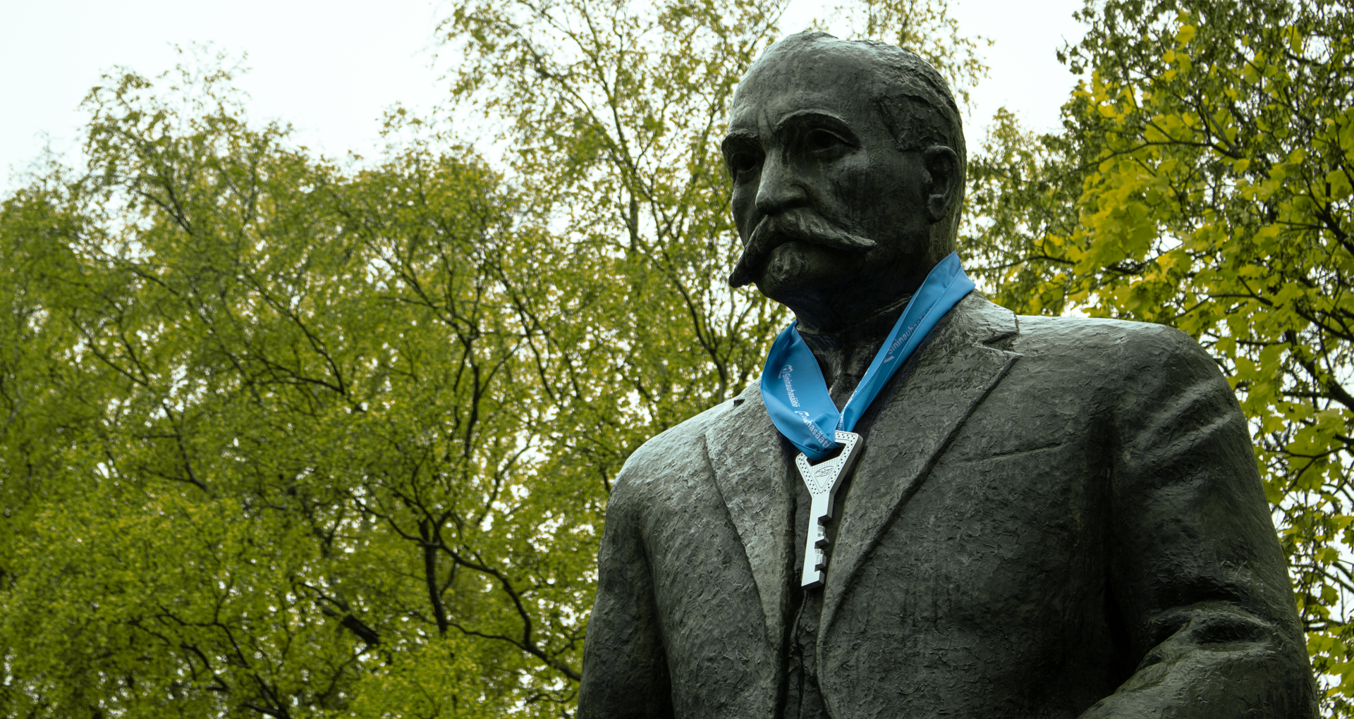 K. J. Ståhlbergin patsas, jonka kaulassa on avain, valokuva.