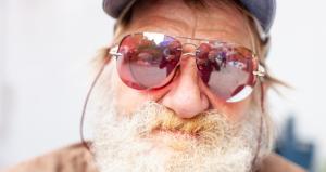 Parrakas mies aurinkolaseissa