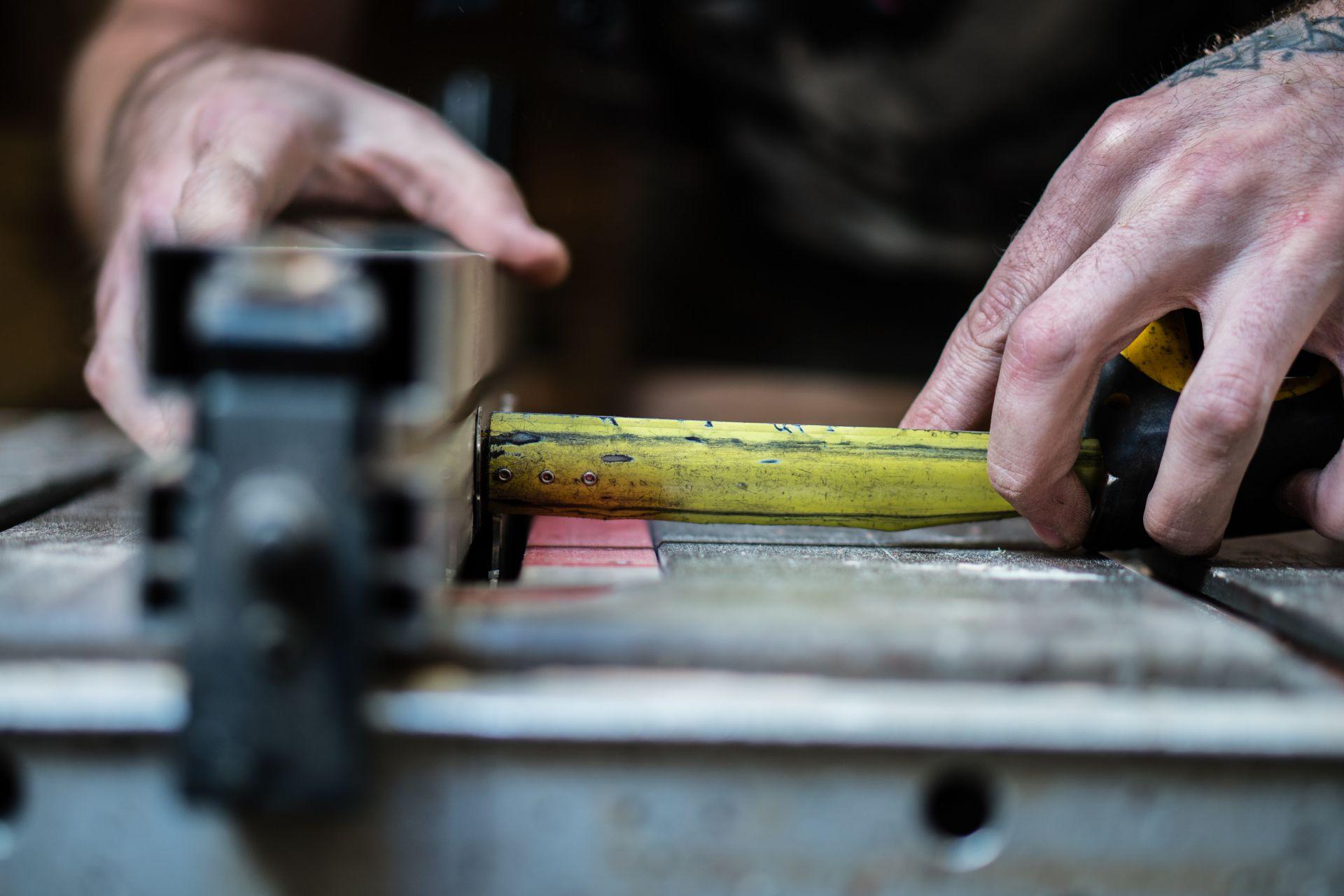 Kädet työskentelevät laitteella, valokuva.