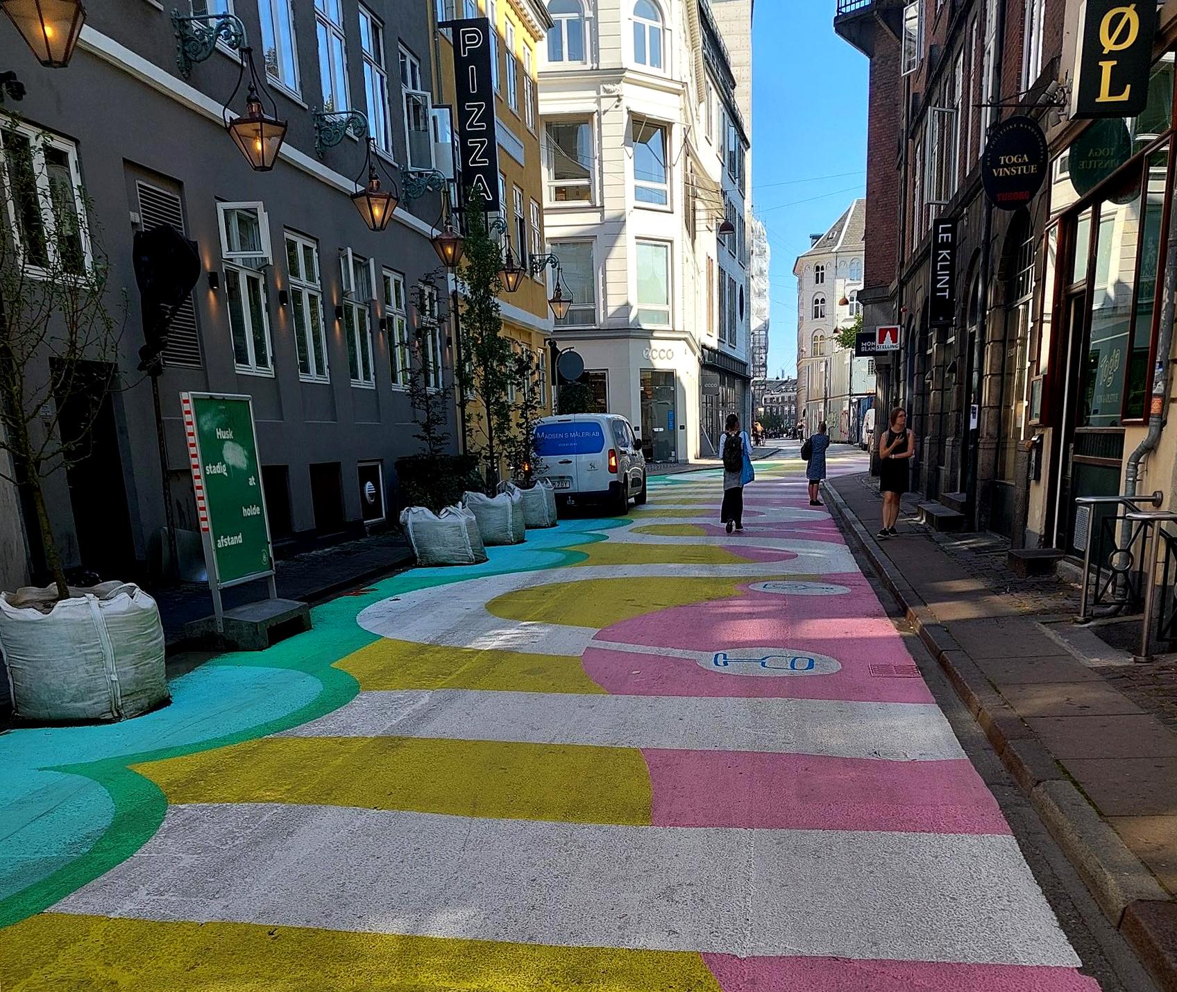 Värikäs katu Kööpenhaminassa, valokuva.