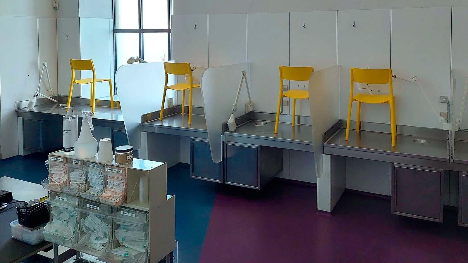 Keltaisia tuoleja pöydillä, valokuva.
