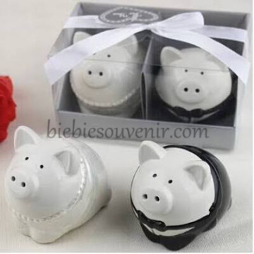 Pig Couple Salt Pepper image