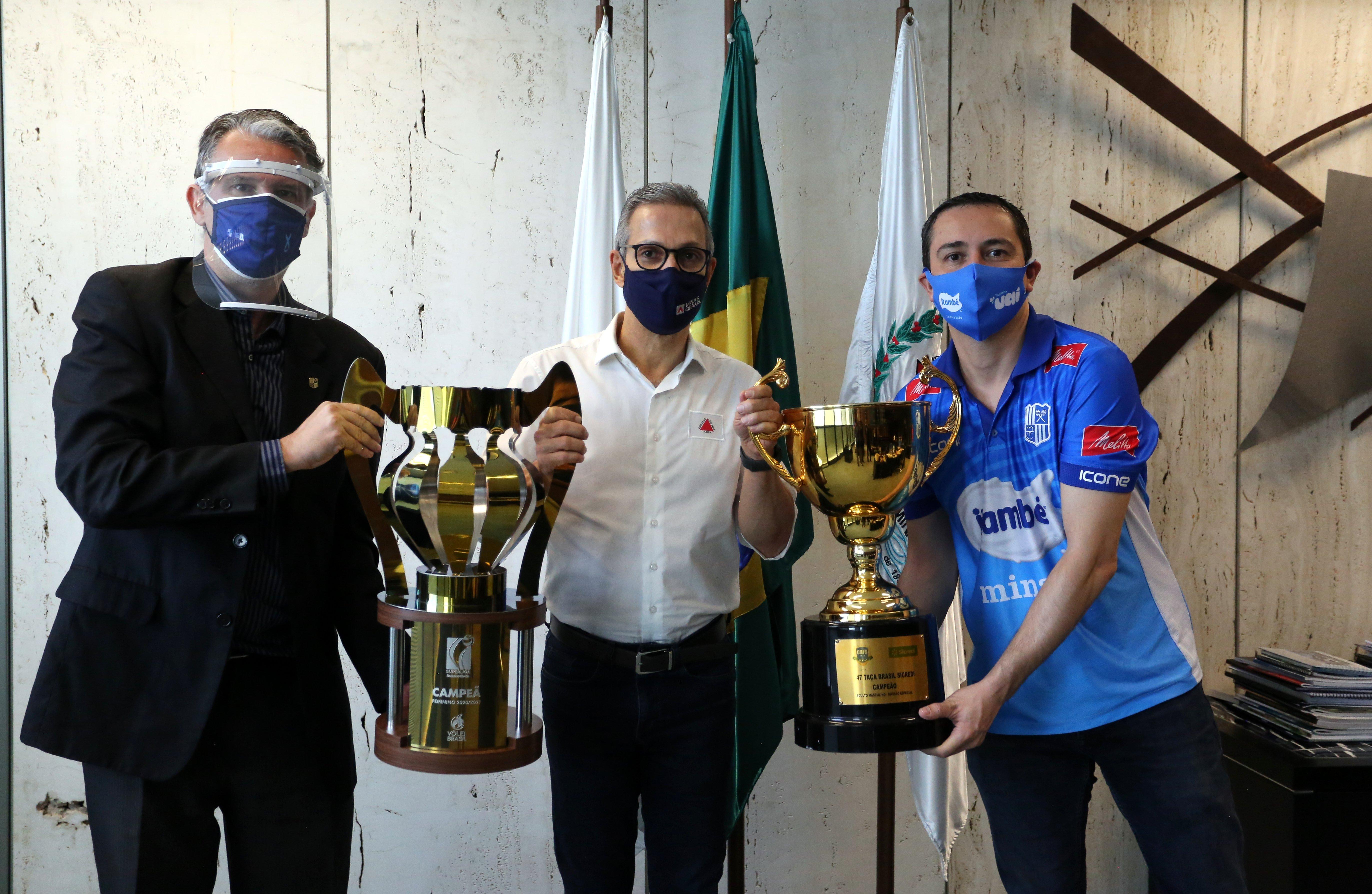 Ricardo Santiago e Nicola Negro entregam os troféus da Superliga para o governador de Minas Gerais (Foto: Orlando Bento/MTC)