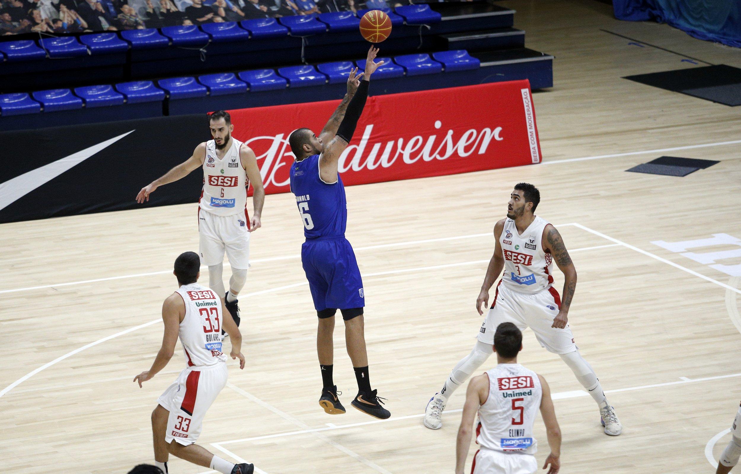 Pivô Ronald foi um dos destaques do Minas no primeiro jogo (Foto: Orlando Bento/MTC)