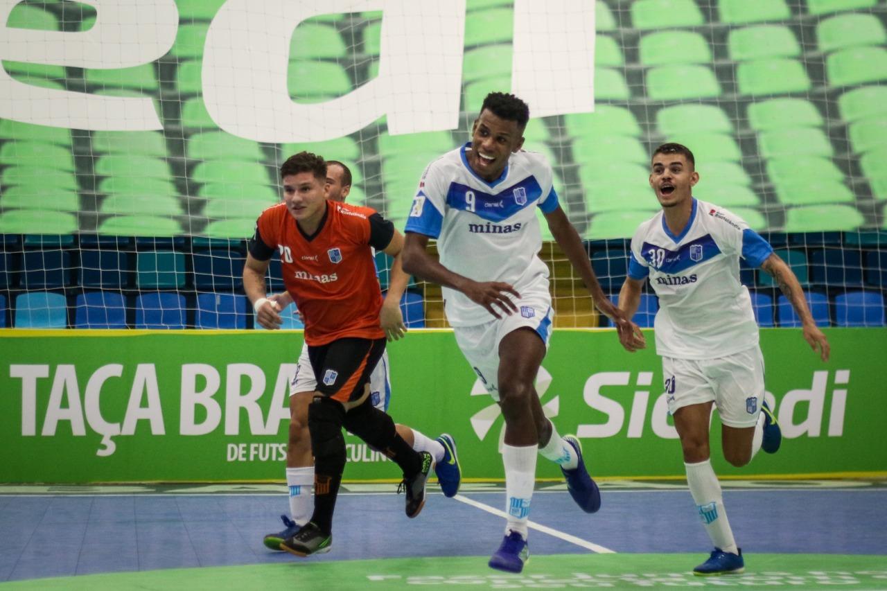 Pivô Renato marcou os dois gols do Minas no jogo (Foto: Leonardo Hübbe)