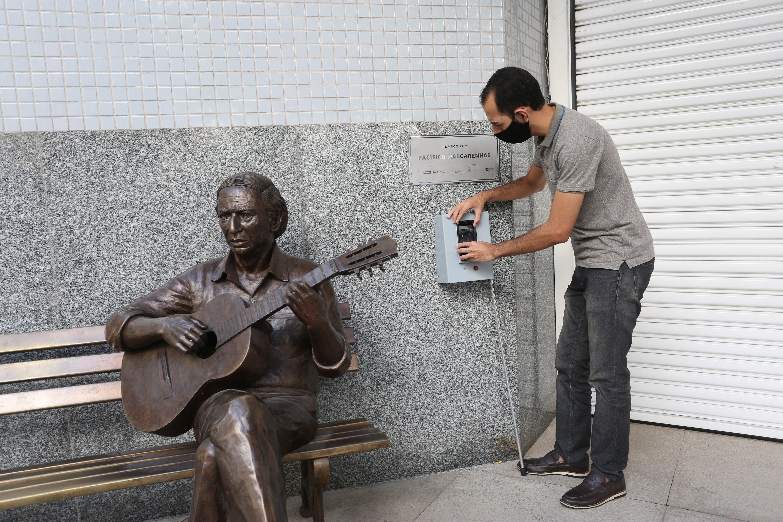 Gabriel Aquino tem deficiência visual e idealizou o projeto de audiodescrição da escultura de Pacífico Mascarenhas