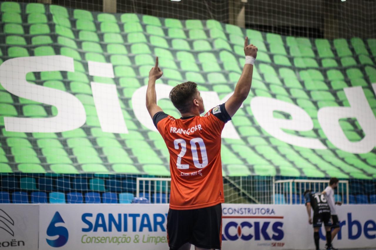 Goleiro Françoar foi o destaque do Minas na semifinal (Foto: Leonardo Hübbe)