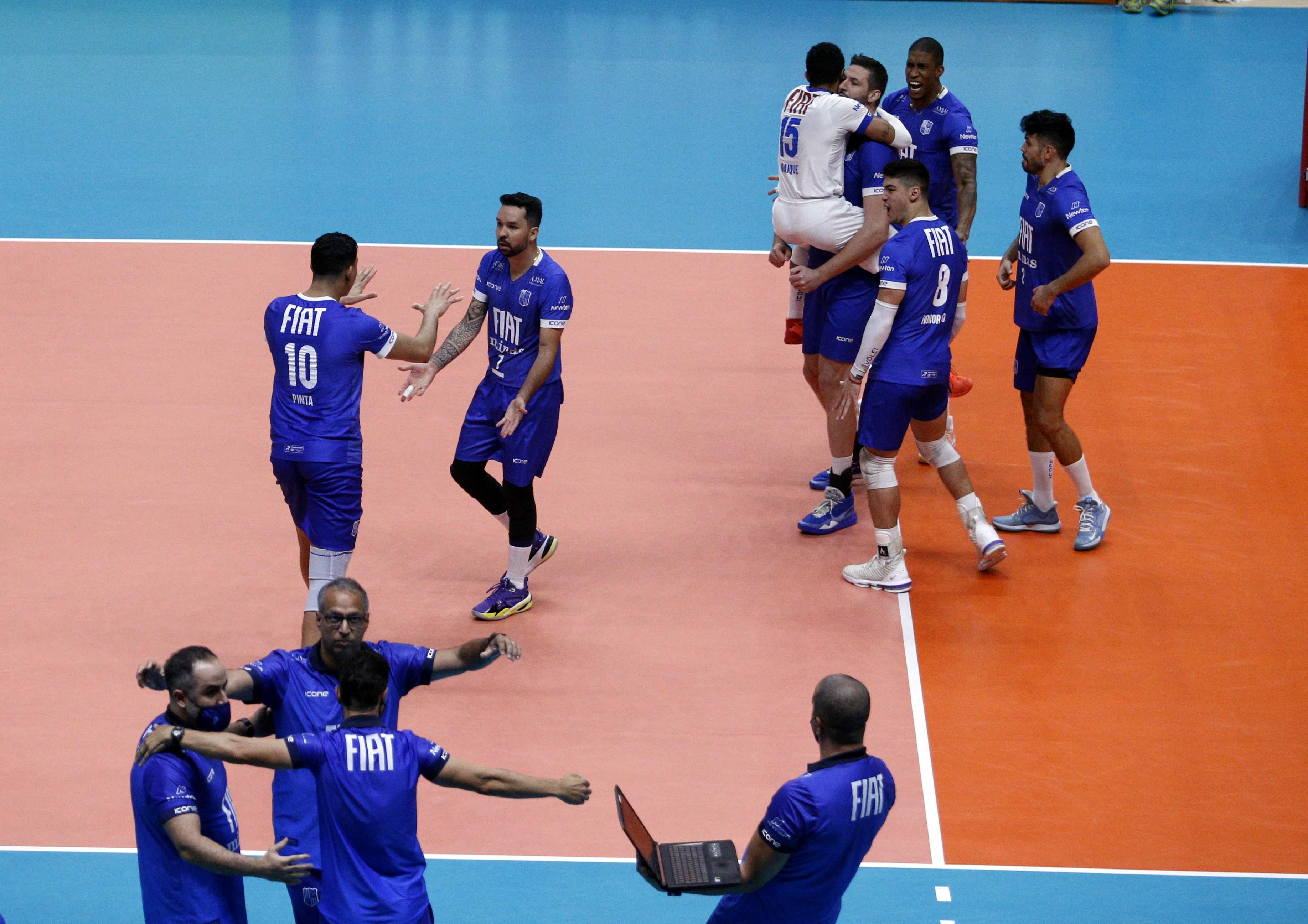 Atletas e comissão técnica do Fiat/Minas comemoram a vitória na primeira partida das quartas / Fotos: Orlando Bento/MTC