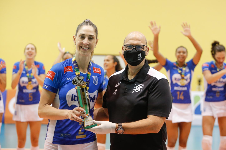 Capitã Carol Gattaz recebe a taça de campeão do superintendente da CBV Renato D'Avila (Foto: )
