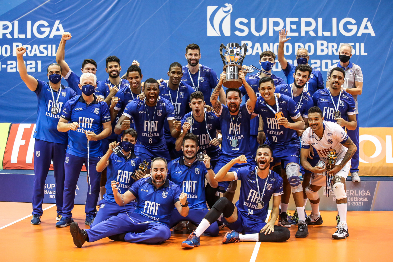 Fiat/Minas com a taça de vice-campeão da Superliga 2020/21 / Fotos: Wander Roberto/Inovafoto/CBV