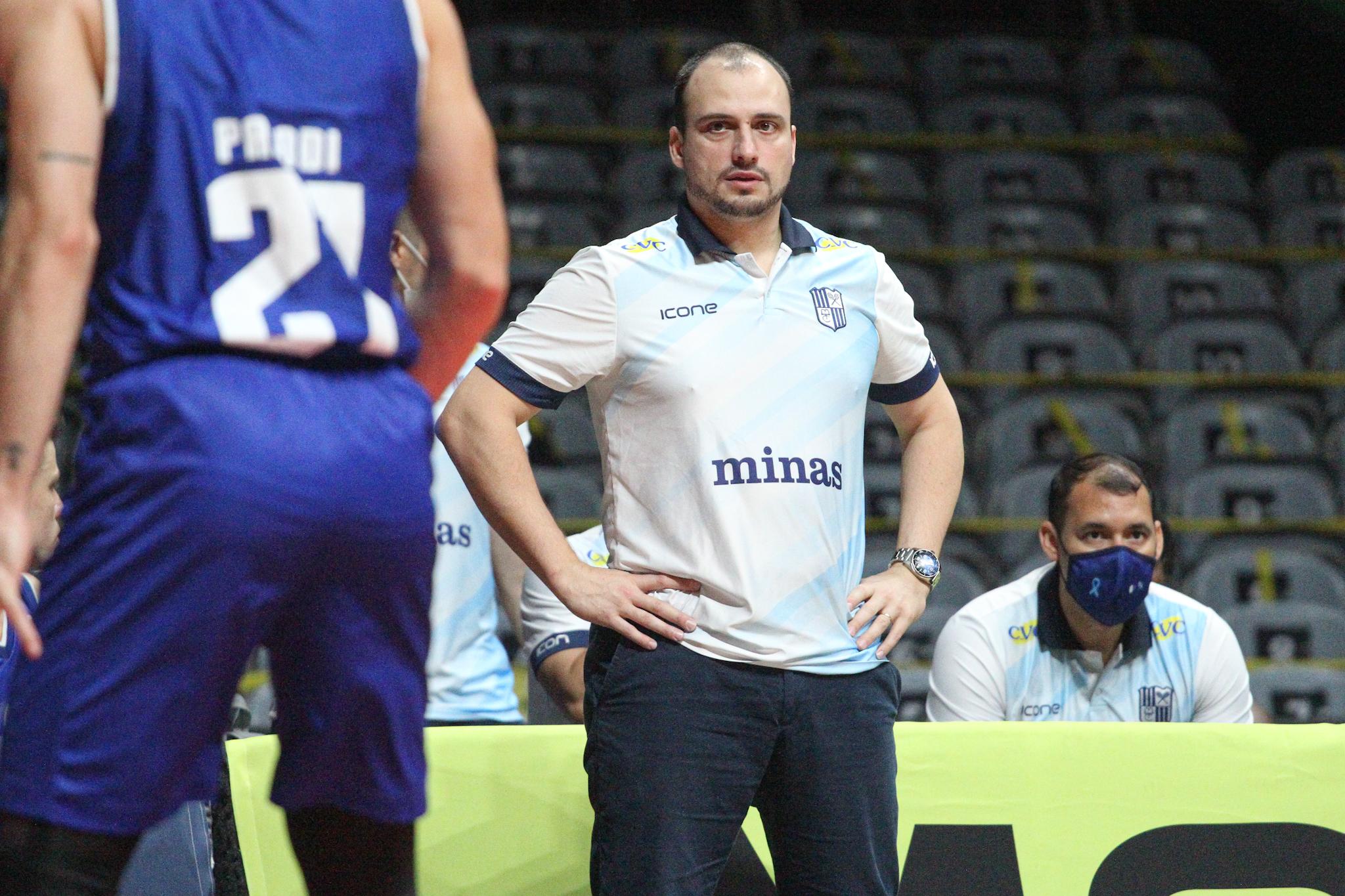 Técnico Léo Costa espera que a equipe consiga reagir como reagiu em jogos passados (Foto: Mari Sá/LNB)