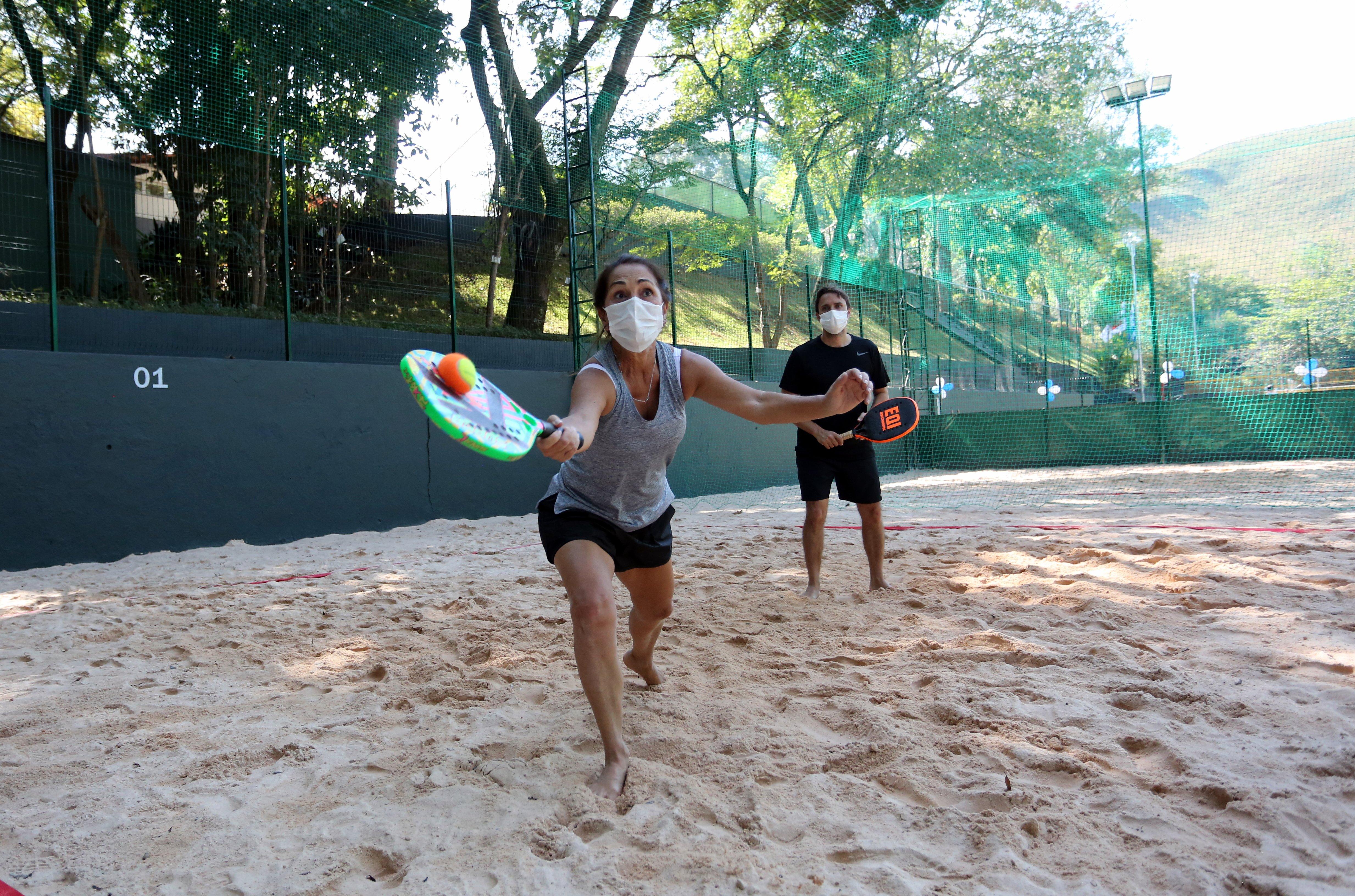 Rosana Lamounier e o filho Lucas Lamounier se divertem no novo espaço de lazer esportivo