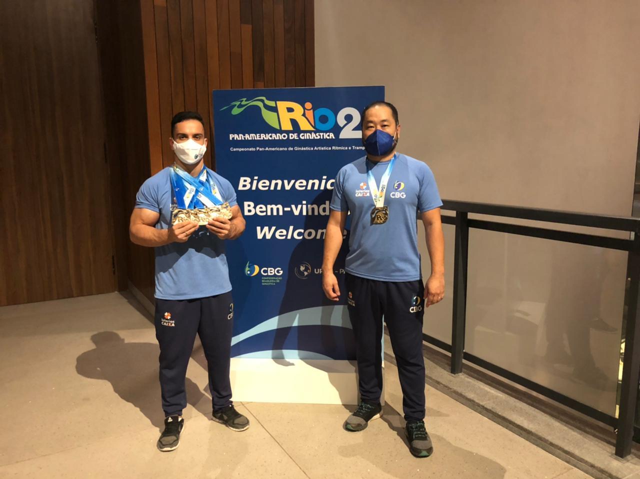 Caio Souza e o técnico Ricardo Yokoyama com as medalhas do Pan-americano