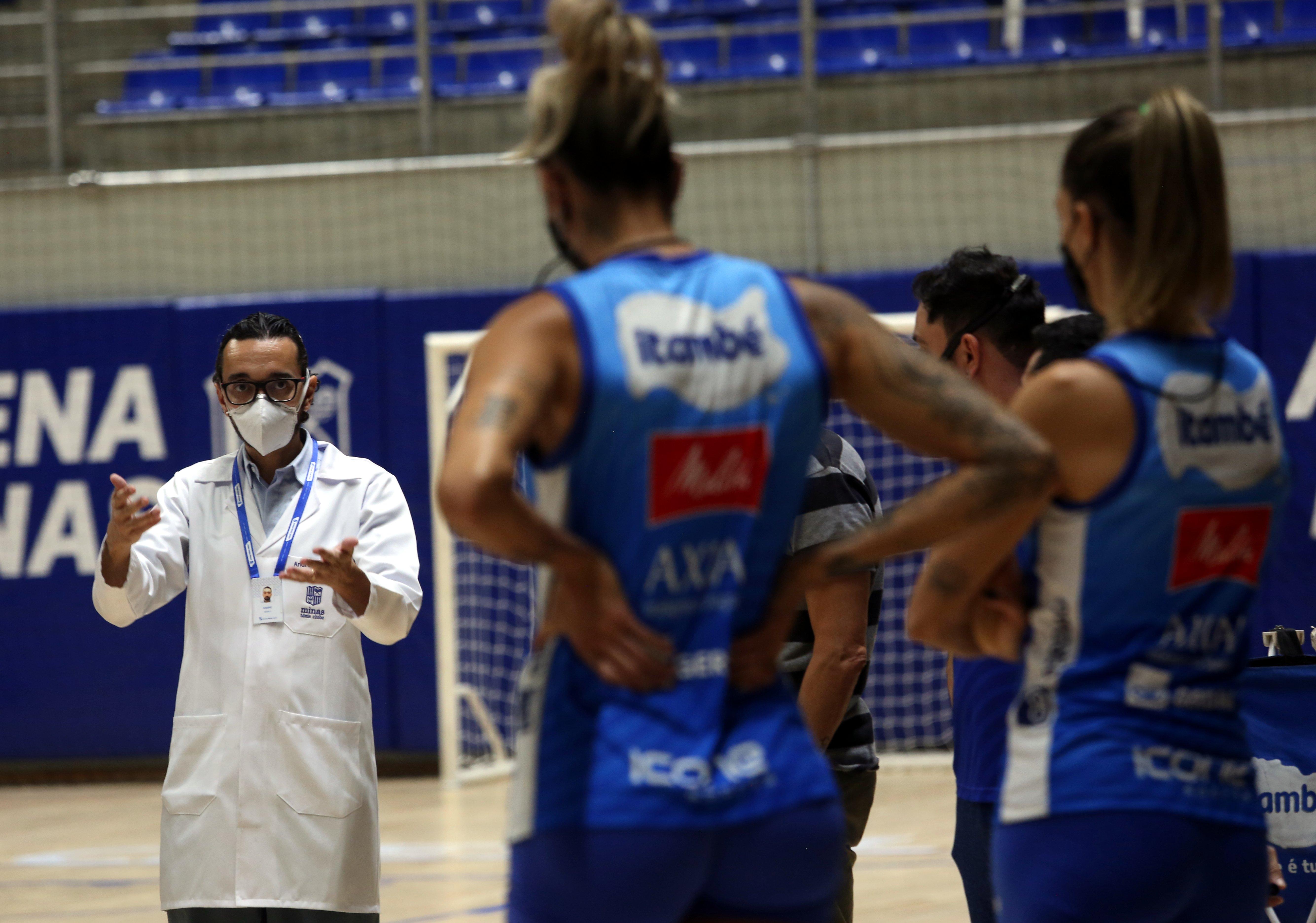 Coordenador médico do Minas, André Jafeth, reforçando sobre os cuidados (Foto: Orlando Bento/Minas Tênis Clube)