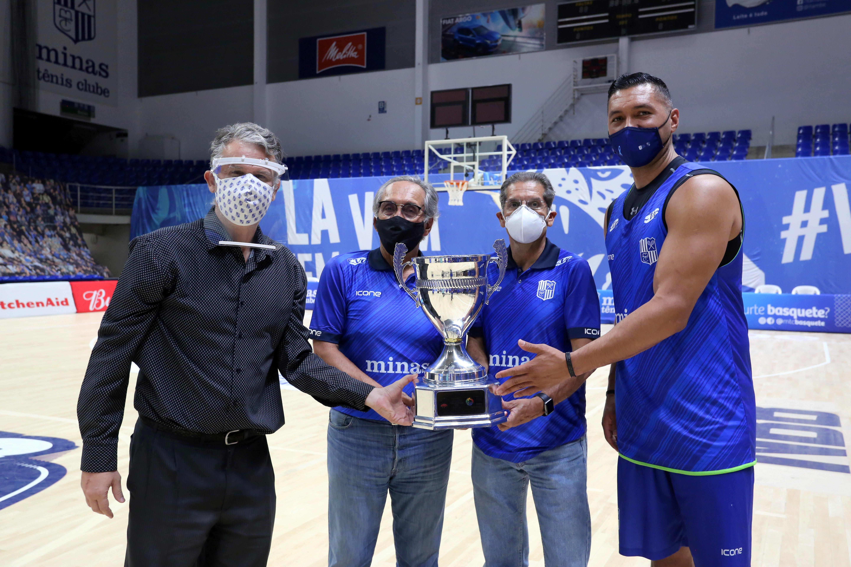 Capitão JP Batista entrega troféu aos dirigentes do Minas (Foto: Orlando Bento/MTC)