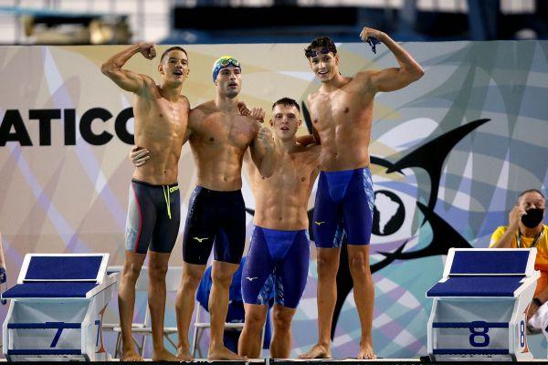 Lucas Peixoto e Victor Bagnha (ao centro) comemoram a vitória no revezamento