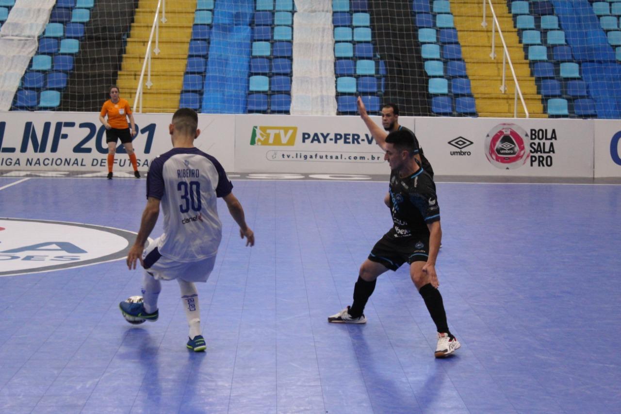 Ribeiro foi o autor dos dois gols do Minas (Foto: João Duarte)