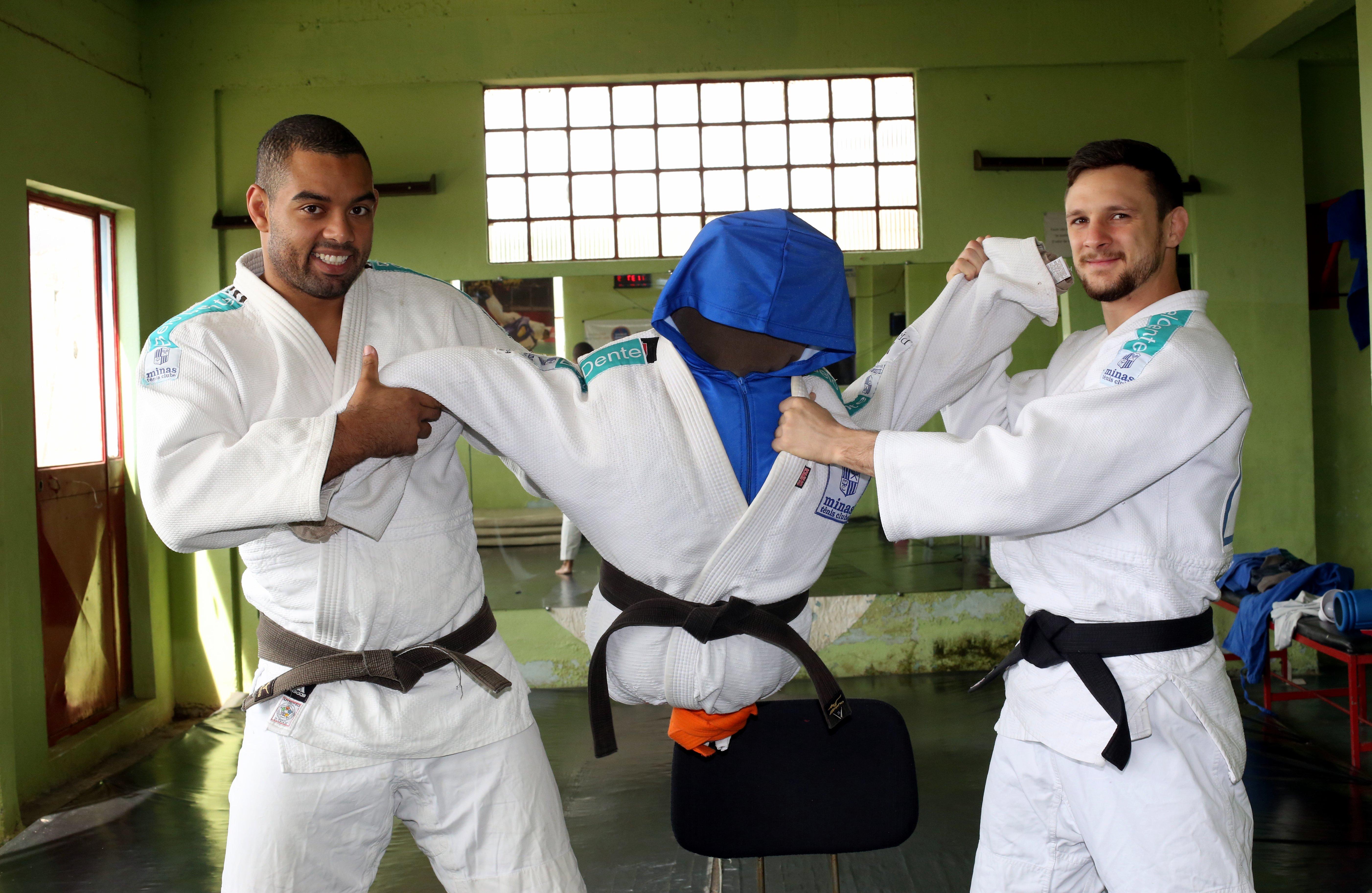 Gustavo Assis e Gabriel Silva usam o boneco como parceiro nos treinos de judô (Foto: Divulgação MTC)