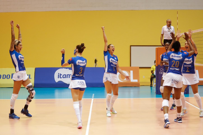 Equipe minastenista celebra o segundo título da Copa Brasil (Foto: superintendente da CBV)