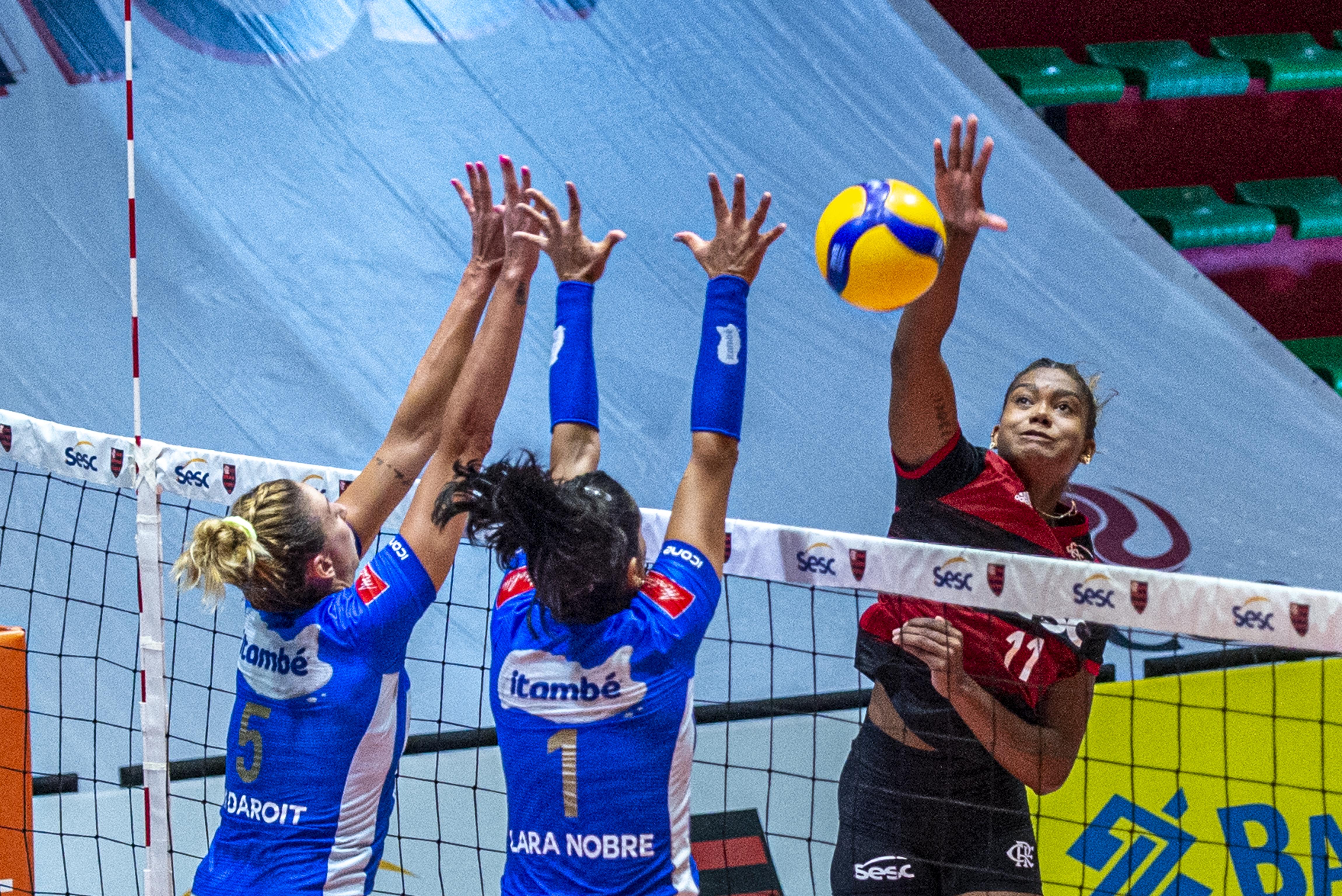 Paredão azul: bloqueio do Itambé/Minas foi decisivo (Foto: Marcelo Cortes/CRF)