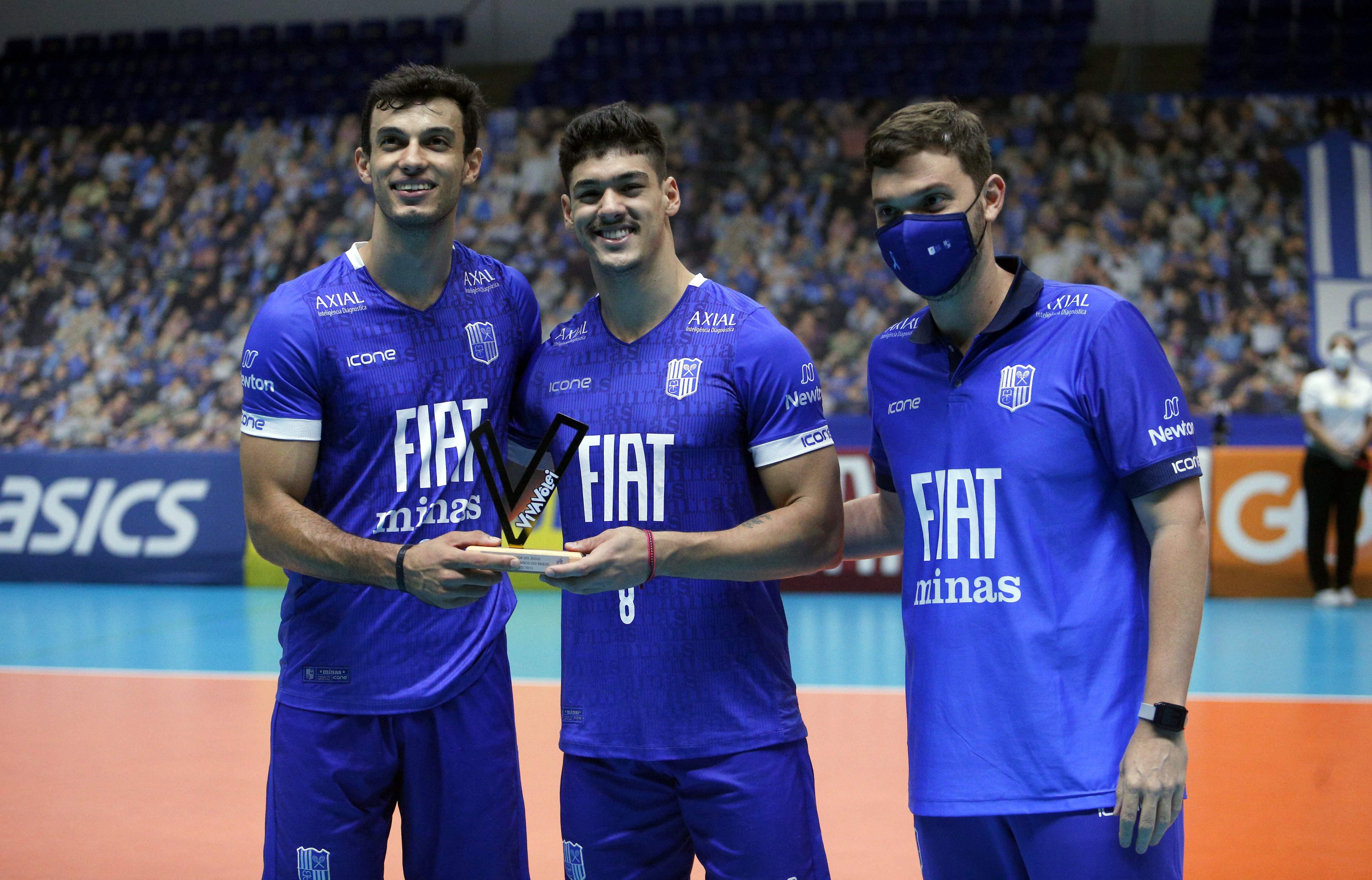 Lucas e Honorato receberam o Troféu Viva Vôlei do assistente técnico Rodrigo Regattieri / Foto: Orlando Bento/MTC