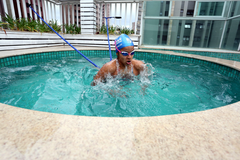 Giulia Carvalho improvisou a piscina de casa para manter o ritmo dos treinos (Foto: Divulgação MTC)