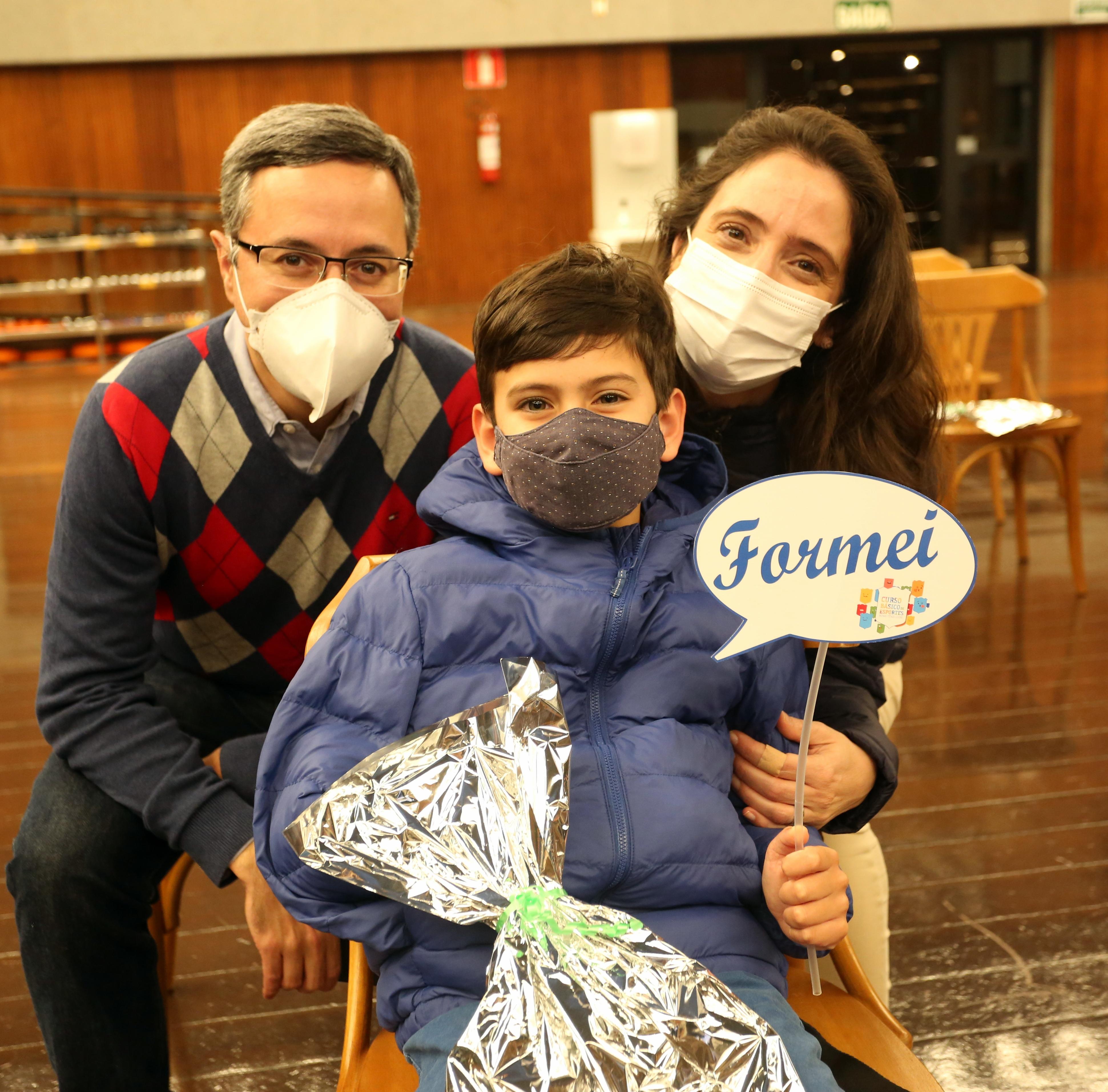 Família minastenista comemora a Formatura do Curso Básico de Esportes. Foto: Orlando Bento / Minas Tênis Clube